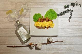 木製のまな板の上に座って食品の束の写真・画像素材[1260381]