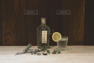 テーブルの上にワインのボトルの写真・画像素材[1260383]