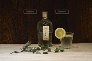 テーブルの上に座って花瓶の写真・画像素材[1260384]