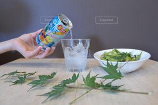 テーブルの上に座って食品のボウルの写真・画像素材[1325636]