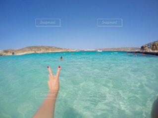 体内の水を泳いでいる人の写真・画像素材[1325905]