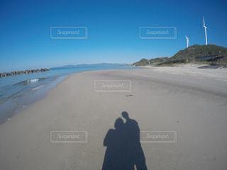 砂浜の上に立っている人の写真・画像素材[1614171]