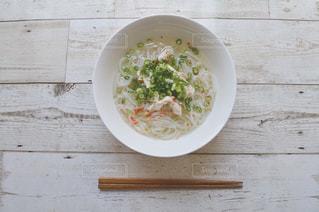 テーブルにあるスープのボウルの写真・画像素材[1641448]