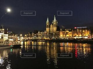 夜の空の都市と水体の写真・画像素材[1814717]