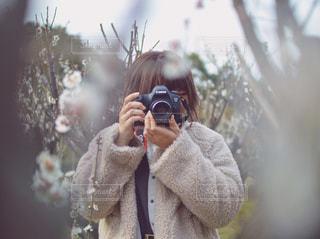 カメラにポーズ鏡の前に立っている人の写真・画像素材[1830764]