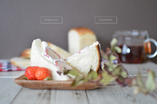 近くのテーブルの上に座ってサンドイッチをの写真・画像素材[1851948]