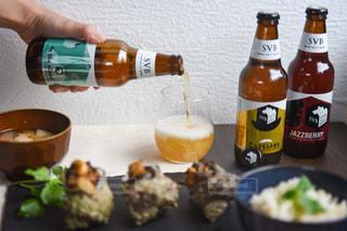 テーブルの上のワインのボトルの写真・画像素材[2806547]