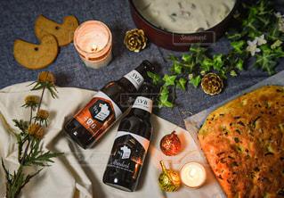 テーブルの上の食べ物の束の写真・画像素材[2818632]