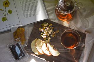 テーブルの上にコーヒーを一杯入れるの写真・画像素材[3018201]