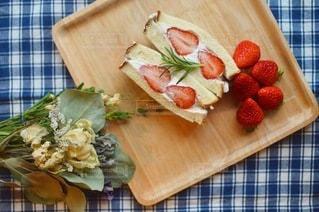木のまな板の上に果物が付いてるケーキの写真・画像素材[3402756]
