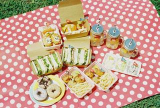 テーブルの上に食べ物のトレイの写真・画像素材[772885]