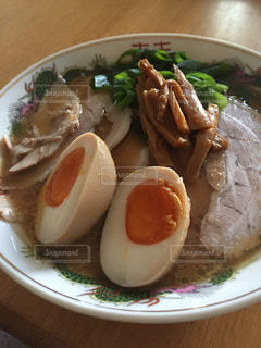 テーブルの上に食べ物のプレートの写真・画像素材[797482]
