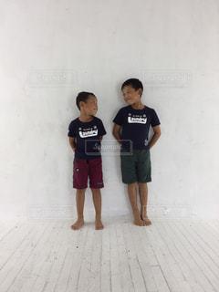 スーツケースの横に立っている少年の写真・画像素材[817281]