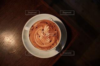 テーブルの上のコーヒー カップの写真・画像素材[866904]