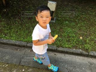 歩道上に立って小さな男の子 - No.711611