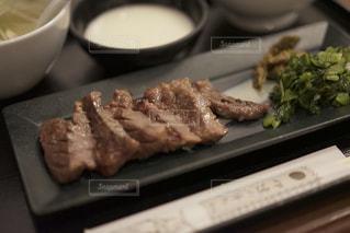 テーブルの上に食べ物のトレイの写真・画像素材[738843]