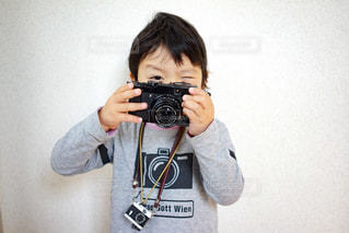 カメラにポーズ鏡の前に立っている人の写真・画像素材[1175873]