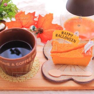 テーブルの上のコーヒー カップの写真・画像素材[858365]