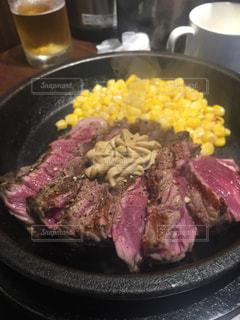 米肉と野菜一杯の食べ物の皿の写真・画像素材[738075]