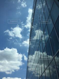 窓口映る雲の写真・画像素材[2413393]