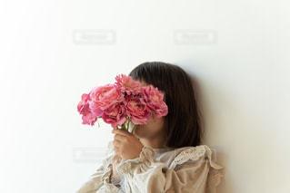 花束を持つ女の子の写真・画像素材[2145440]