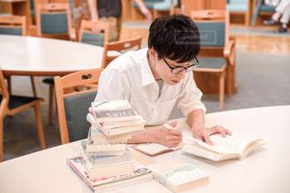 焦って勉強する男性の写真・画像素材[2489101]