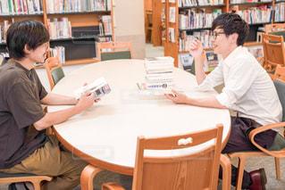 図書館で勉強する男性二人の写真・画像素材[2490008]
