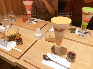 コーヒー1杯とビール1杯をテーブルの上に置くの写真・画像素材[2296327]