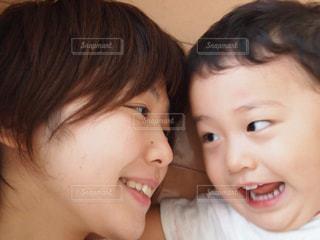 子ども,リビング,屋内,仲良し,宝物,男の子,成長,笑う,ママと子ども,ママと子供