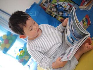 本,読書,絵本,勉強,男の子,息子,あぐら,図鑑,ふむふむ,小さなオヤジ