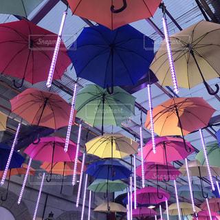 建物の前にぶら下がっている傘の写真・画像素材[927458]