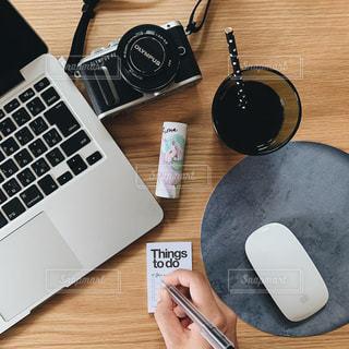 テーブル,コスメ,ノート パソコン,パフュームスティック
