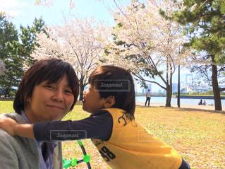 お母さんと小さな男の子の写真・画像素材[713452]