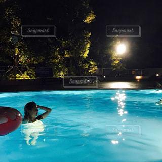 水のプールで泳いでいる人の写真・画像素材[726360]