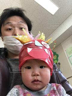 女の子の赤ん坊を保持の写真・画像素材[1101797]