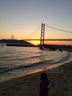 夕日の水の上橋の写真・画像素材[963479]
