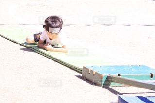 ビーチに座っている少年の写真・画像素材[775392]