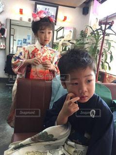 食事のテーブルに座って若い男の子 - No.855587