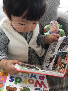 テーブルに座っている小さな子供の写真・画像素材[743504]
