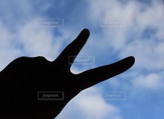 雲,青空,青,影,青春,ピース,くもり,遠近感,ジェスチャー