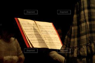 ハンドベルの指揮と楽譜の写真・画像素材[805488]