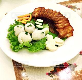 テーブルの上に食べ物のプレートの写真・画像素材[812748]