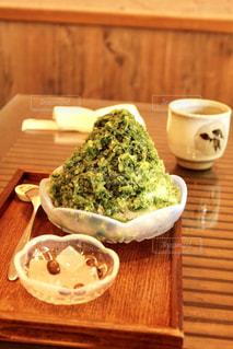 木製テーブルの上のコーヒー カップ - No.818912