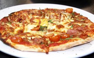白いプレートにピザのスライスの写真・画像素材[819793]