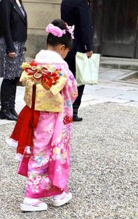 通りを歩きながら小さな女の子の写真・画像素材[851821]