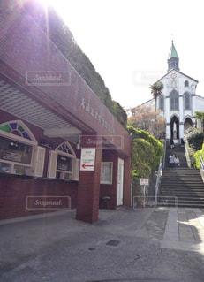 通りの側に時計付きの建物の写真・画像素材[851896]