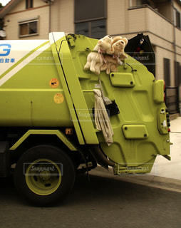 道の端に駐車しているトラックの写真・画像素材[894300]