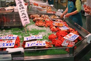 店で食品を準備する女性の写真・画像素材[895629]