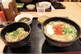 テーブルの上に食べ物のボウルの写真・画像素材[919861]