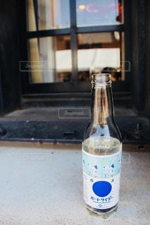 ウィンドウの横にあるボトル - No.1034426